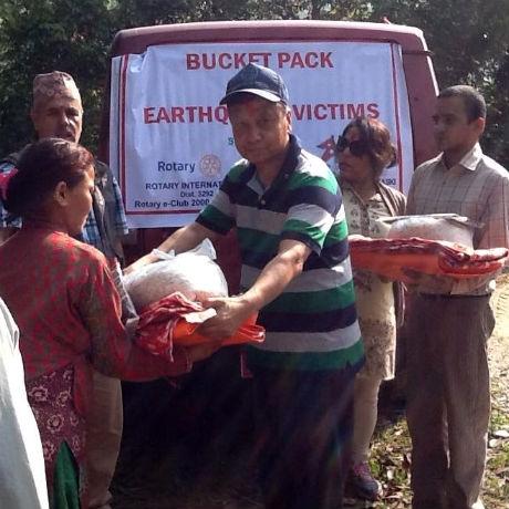Reis, Wasser, warme Decken: die Relief Buckets von Rotary International
