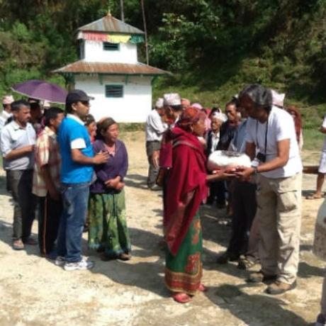 Rot. Kiran Lal Shrestha koordiniert die Soforthilfe vor Ort.